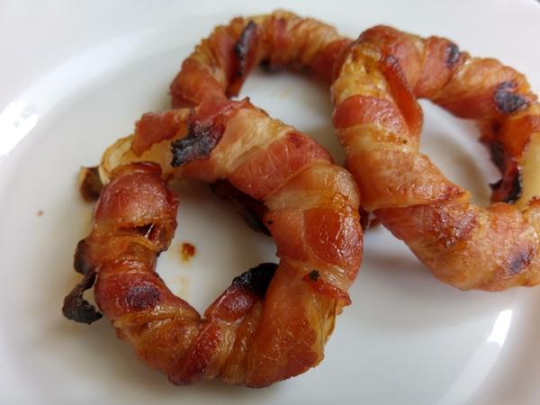 bacon-zwiebelringe-angerichtet